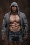 Muskulös man med det öppna omslaget som avslöjer den muskulösa bröstkorgen och abs Royaltyfri Foto