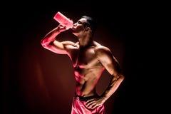 Muskulös man med proteindrinken i shaker Royaltyfri Bild