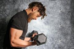 Muskulös man med skägget som hårt utbildar royaltyfri foto