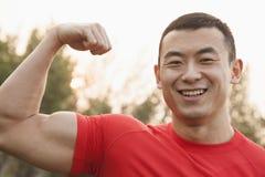 Muskulös man som böjer bicepen Royaltyfri Foto