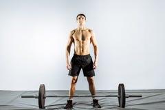 Muskulös man som förbereder sig att göra deadlift Royaltyfria Bilder