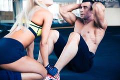 Muskulös man som gör absövning Arkivbild