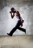 Muskulös man som högt hoppar Arkivbilder