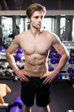 Muskulös man som utarbetar i idrottshallen som gör övningar på triceps, stark manlig naken torsoabs Kondition arkivbilder