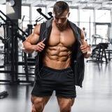 Muskulös man som utarbetar i idrottshallen, stark manlig naken torsoabs royaltyfria bilder