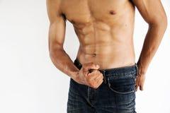 Muskulös manlig modell som visar hans abs Arkivbilder