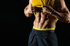 Muskulös och sexig torso av den unga idrotts- mannen som isoleras på svart bakgrund royaltyfri fotografi
