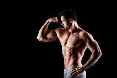 Muskulös och sexig torso av den unga mannen som har den perfekta manliga snygga mannen för abs, för bicep och för bröstkorg med d royaltyfria foton