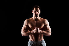 Muskulös och sexig torso av den unga mannen som har den perfekta manliga snygga mannen för abs, för bicep och för bröstkorg med d Royaltyfri Bild