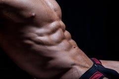 Muskulös sexig ung naken våt manlig torso Arkivfoto