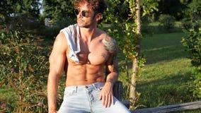 Muskulös Shirtless snygg manman som är utomhus- i bygd Arkivfoto