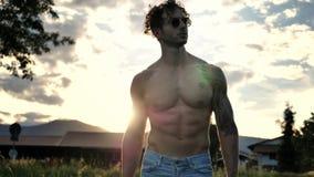 Muskulös Shirtless snygg manman som är utomhus- i bygd Arkivbilder