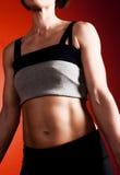 muskulös ståendetorso för kvinnlig Royaltyfri Foto