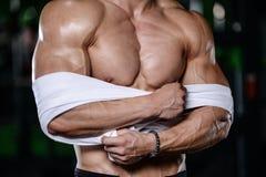 Muskulös stilig idrotts- kroppsbyggarekonditionmodell som poserar afte Arkivfoto