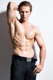 Muskulös stilig man med händer bak huvudet. Royaltyfria Foton