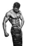 Muskulös stilig sexig grabb som poserar det svartvita fotoet Fotografering för Bildbyråer
