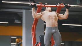 Muskulös ung idrottsman nenman som drar upp i en idrottshall, slut upp Fotografering för Bildbyråer