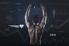 Muskulös ung man som lyfter hantel två royaltyfri foto