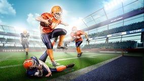 Muskulösa amerikanska fotbollsspelare i handlingen på stadion Fotografering för Bildbyråer