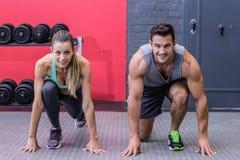 Muskulösa par på den startande positionen Royaltyfri Foto