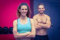 Muskulösa par som ser kameran royaltyfri bild