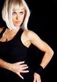 Muskulöse Frau, die Eignungübung tut Stockfoto