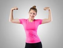 Muskulöse Frau, die ihr Bizeps zeigt Lizenzfreie Stockfotos