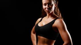 Muskulöse Frau mit den Daumen oben lächelnd stock footage