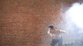 Muskulöse männliche übende plyometric Übung auf Sprungskasten in der dunklen Turnhalle stock footage