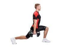 Muskulöse Mannübung auf einem weißen Hintergrund Lizenzfreie Stockfotografie