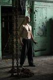 Muskulöse Mann- und Eisenketten Stockbild