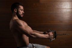 Muskulöse vorbildliche Doing Heavy Weight-Übung für Rückseite Lizenzfreies Stockfoto