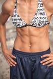 Muskulöse weibliche Abdominal- Spannung stockbild