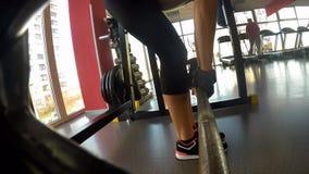 Muskulöse weibliche pumpende Muskeln in der Turnhalle, deadlift, Ausdauer und Stärke tuend lizenzfreies stockbild