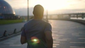 Muskulöser Afroamerikanersportler, der Training auf städtischem Flussufer laufen gelassen wird stock video