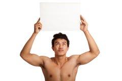 Muskulöser asiatischer Mann mit leerem Zeichen Lizenzfreie Stockfotografie