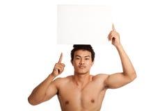 Muskulöser asiatischer Mannpunkt oben mit leerem Zeichen Stockfotografie