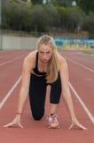 Muskulöser blonder Läufer in der bereiten Position Lizenzfreie Stockbilder