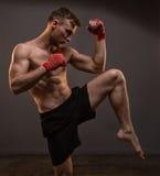 Muskulöser blonder Mann mit dem Bein oben Lizenzfreies Stockbild