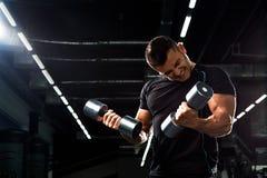 Muskulöser Bodybuilder auf schwarzem Hintergrund Starker athletischer Mann stockfoto