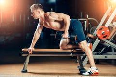 Muskulöser Bodybuilder des Athleten, der zurück mit ausbildet Lizenzfreie Stockbilder