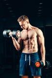 Muskulöser Bodybuilder des Athleten, der zurück mit ausbildet Lizenzfreies Stockfoto