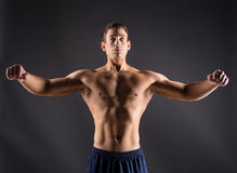 Muskulöser Bodybuilderkerl Lizenzfreies Stockfoto