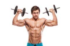 Muskulöser Bodybuilderkerl, der Übungen mit Dummköpfen tut Lizenzfreies Stockfoto