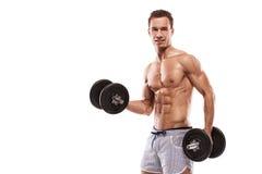 Muskulöser Bodybuilderkerl, der Übungen mit Dummköpfen tut stockfoto