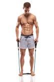 Muskulöser Bodybuilderkerl, der Übungen mit Expander tut lizenzfreie stockfotografie
