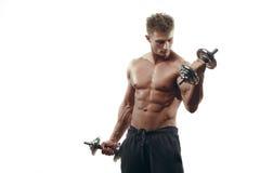 Muskulöser Bodybuildermann, der Übungen mit Dummköpfen tut stockfotos