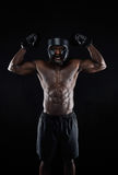Muskulöser Boxer, der seinen Erfolg feiert Lizenzfreies Stockbild