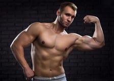 Muskulöser gutaussehender Mann Lizenzfreie Stockfotografie