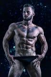 Muskulöser junger Mann, der hemdlos steht Lizenzfreie Stockbilder